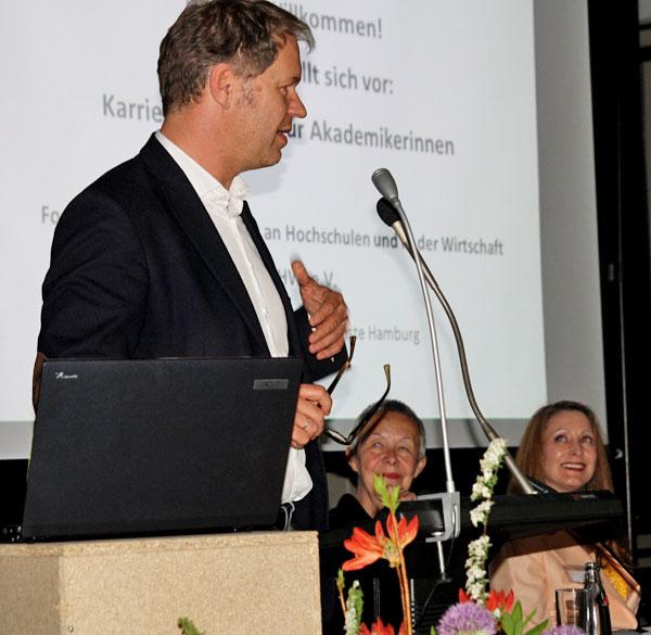 Der Präsident der HfbK, Martin Köttering, begrüßte die zahlreichen Gäste